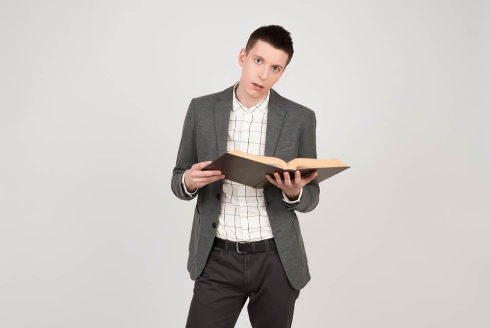 پسری با کتابی در دست